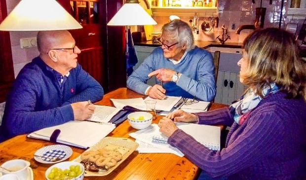 De kernredactie van 'Fragmenten', (vanaf links) Jan Visscher, Ben Boers en Annelies Kok.