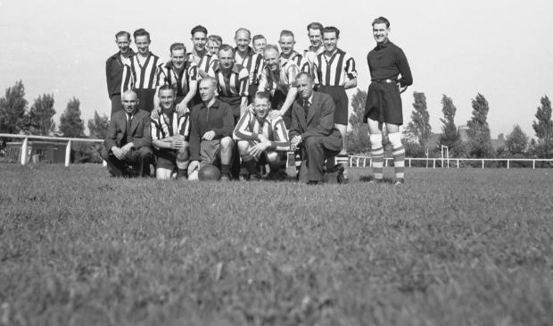 De voetballers van de Groninger Politie Sport Vereniging in 1942, tijdens een voetbaldag in Leeuwarden. Foto: Groninger Archieven.