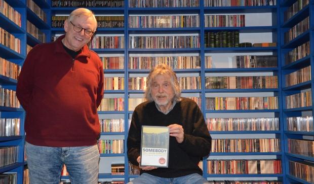 Johan Derksen heeft zaterdag het eerste exemplaar van de derde druk van het succesvolle boek 'Somebody will know someday – Herinneringen aan Cuby & The Blizzards' van auteur Koert Broersma in ontvangst genomen.