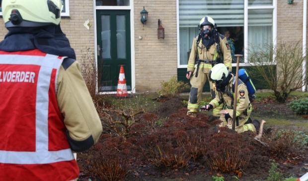De brandweer is bezig het gaslek te dichten.