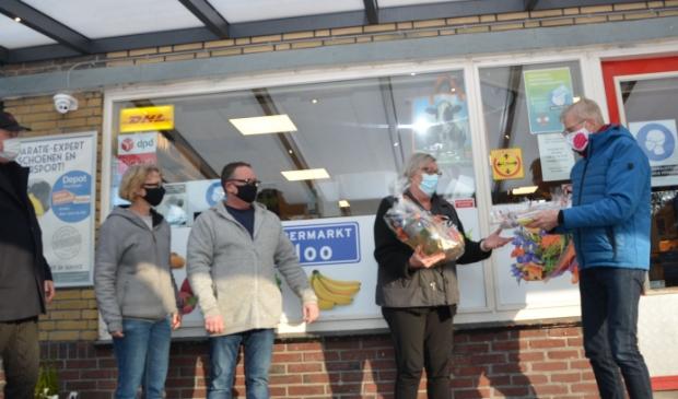 <p>Organisator Bertus Reinders, Mariska en Ren&eacute; van Schooten, prijswinnaor Roely Sijbring en streektaolambassafeur Jan Hartlief (v.l.n.r). (eigen foto)</p>