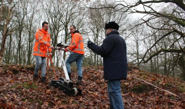 Lammert Hingstman en medewerkers van Alsema BV onderzoeken de bodem in Gasselte.