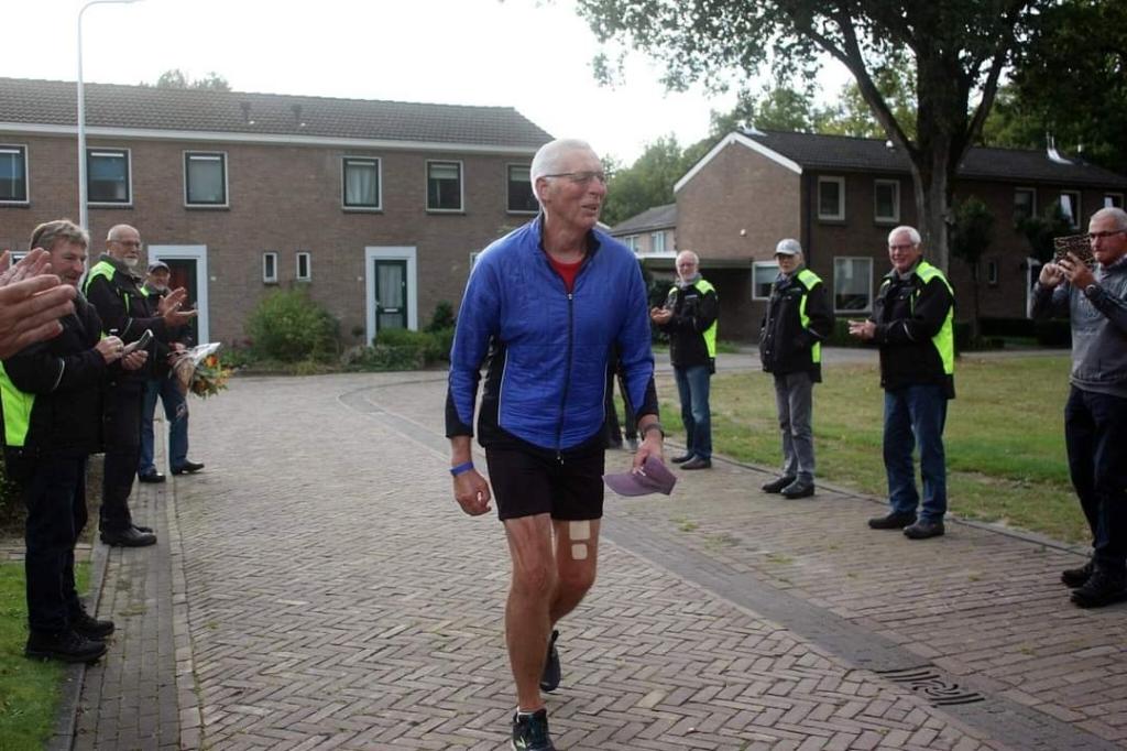Atleet Gerrit Lahuis (70) doorbreekt de magische grens van 100.000 kilometer (foto Monique Jonkman-Koolen).  © De Veldenkrant