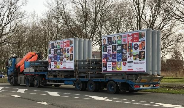 <p>De vrachtwagen met verkiezingsborden rijjdt deze week door de gemeente Emmen. Foto: Onno van de Witte.</p>