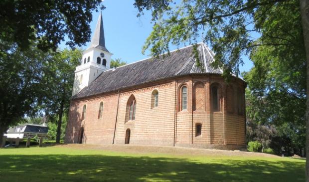 Bijzondere routes om te wandelen of te fietsen door Midden-Groningen langs bijvoorbeeld oude kerken, zoals de kerk in Hellum.