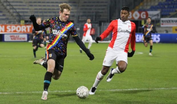<p>Emmenaar Thijs Oosting in dienst van RKC Waalwijk in duel met Miguel Araujo (foto Gerrit Rijkens).</p>