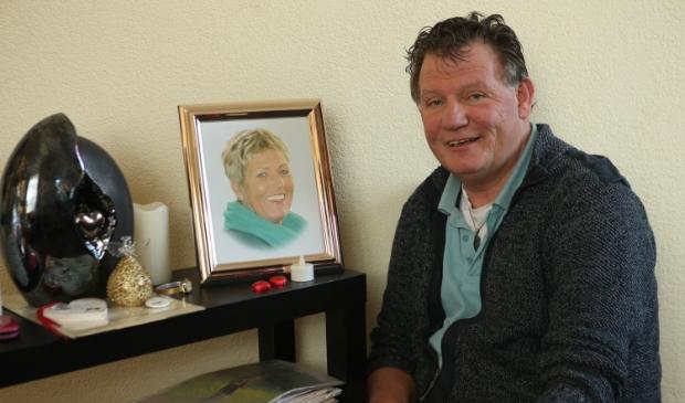 <p>Dado van der Ploeg met een foto van zijn overleden vrouw en een altaartje. Foto Ronnie Afman.</p>