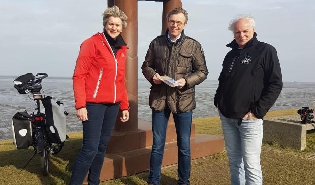 <p>&nbsp;Burgemeester Henk Jan Bolding (midden) ontvangt het eerste exemplaar van Hetty en Erik Luppes.</p>