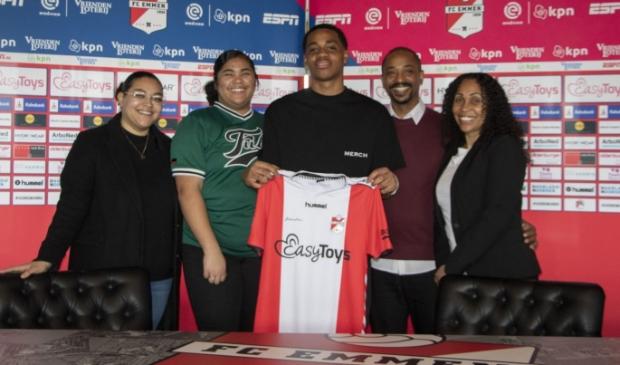 <p>Lentini Caciano met het shirt van FC Emmen. Zijn familie is trots.</p>