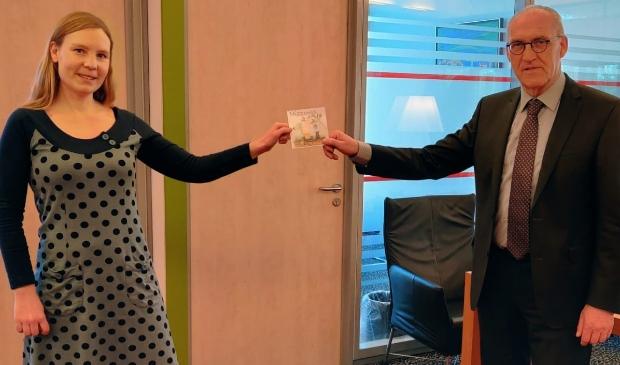 <p>Maaike van der Haar biedt haar cd aan burgemeester Hoogendoorn aan.</p>