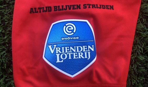 <p>Altijd blijven strijden, is sinds vorige week op de shirts van FC Emmen te lezen. En dat zal ook moeten, wil men ook volgend jaar in de Eredivisie spelen. Foto: FC Emmen.</p>