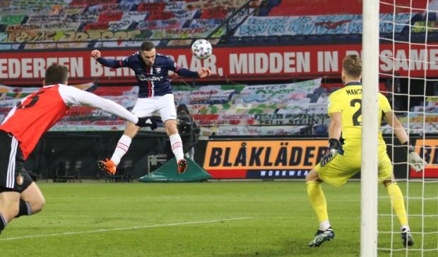 <p>Luka Adzic ziet zijn kopbal rakelings langs het doel van Marsman gaan (foto Gerrit Rijkens).<br><br></p>