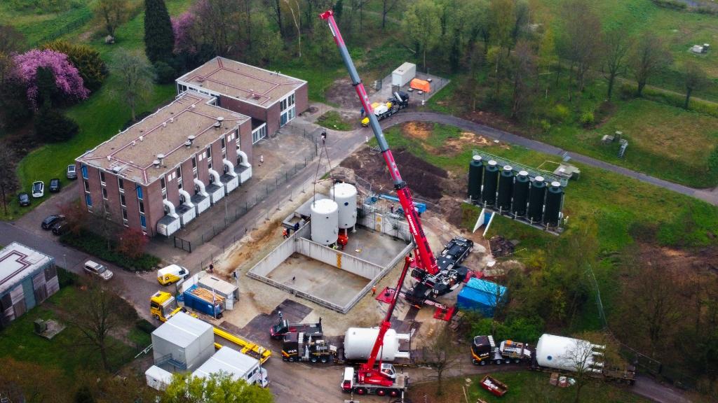 <p>De nieuwe ketels worden op hun plaats gezet (foto Van Oost Media).</p>