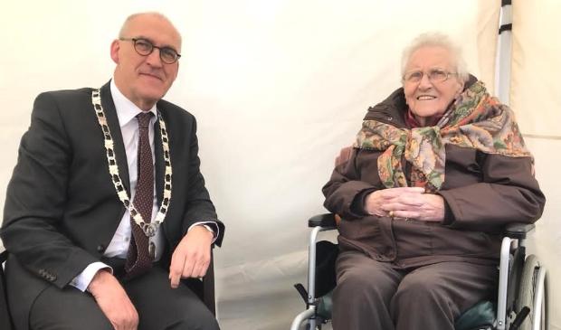Mevrouw Tonkes met burgemeester Hoogendoorn.