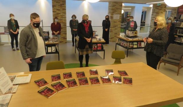 Veel boeken zijn al verkocht, maar ook te vinden in de bibliotheken van Midden-Groningen waar ze eerder werden aangeboden door Gerard Rozeboom (links).