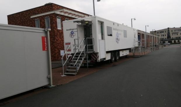 Het mobiele onderzoekscentrum met wachtruimte op het parkeerterrein nabij Compaen aan het Jan Salwaplein.