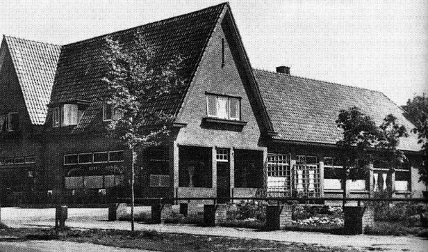 <p>Café-bakkerij Slomp werd onder leiding van generaal-majoor Böttger ingericht en gebruikt als commandopost. Nu zit hier Abdij de Westerburcht.</p>