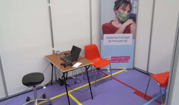 <p>Eén van de prikkamers op de nieuwe GGD-vaccinatielocatie, de Kalkwijckhal in Hoogezand.</p>