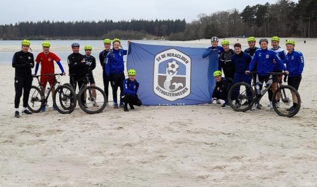 <p>De selectie van De Heracliden pauzeert tijdens de training op de mountainbike.</p>