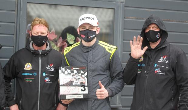 <p>Max Tubben (midden) is blij met de derde plaats. Foto&#39;s: Bas Kaligis/RaceXpress.nl.</p>