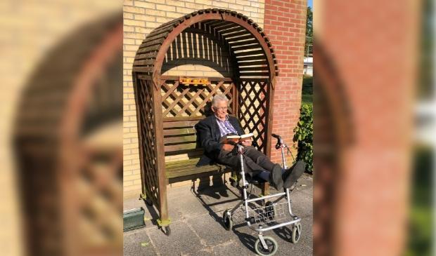 <p>&#39;t Olde Heem-bewoner Zuidema geniet van een boek.</p>