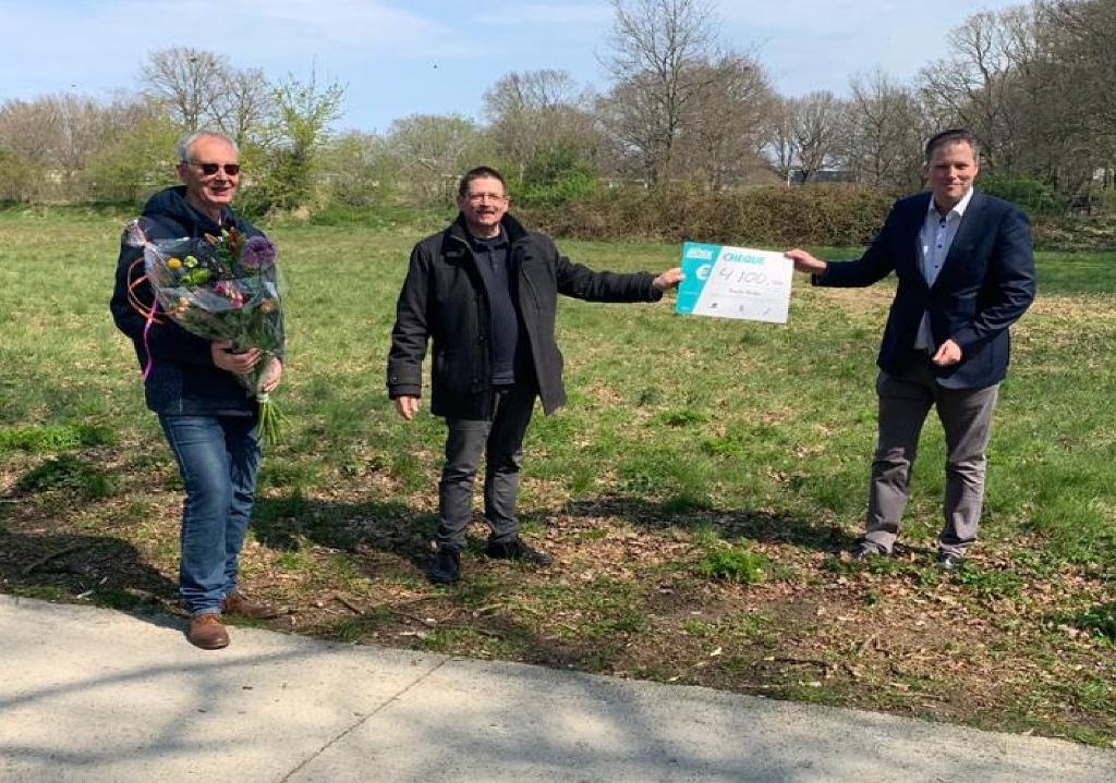 <p>Harry Tijms en Willem Prins van Rondje Beilen met de MOEK-cheque. Rechts Dennis Bouwman (foto Gemeente Midden-Drenthe).<br><br></p>  © De Veldenkrant