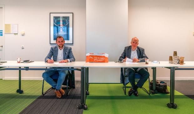<p>Ren&eacute; van der Weide en Pieter van Grunsven ondertekenen de overeenkomst (foto Iris Sijbom).</p>