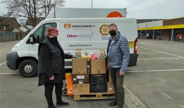 <p>Jan Harttekamp draagt namens Kiwanis Veendam de donatie over aan Nel van der Velde van de voedselbank.</p>