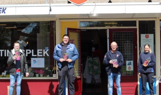 Gerard Rozeboom, Michael Vriesema (Atlas Facility), Martin Vegt (Leger des Heils) en Geziena Hotzes (Atlas Facility) met het boek 'Woordtalenten'.