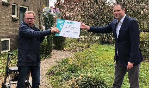 <p>Sipke Wiersma van Bos en Ommetje-groep Witteveen ontvangt de cheque uit handen van Dennis Bouwman (foto Gemeente Midden-Drenthe).</p>