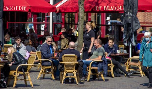 <p>Drukte op een van de terrassen in het centrum van Emmen (foto Emmen24).</p>