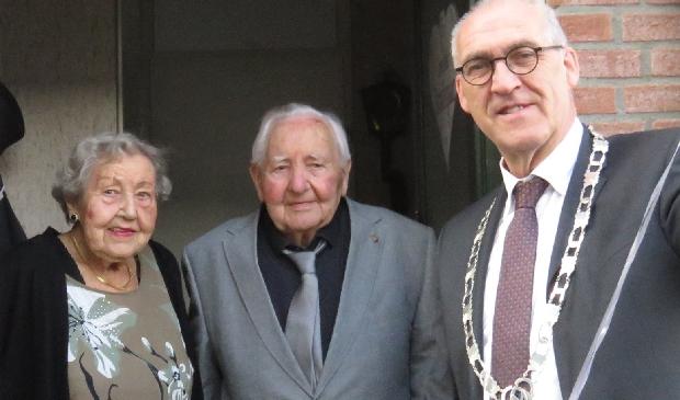 Het echtpaar Bosscha met burgemeester Hoogendoorn van de gemeente Midden-Groningen.