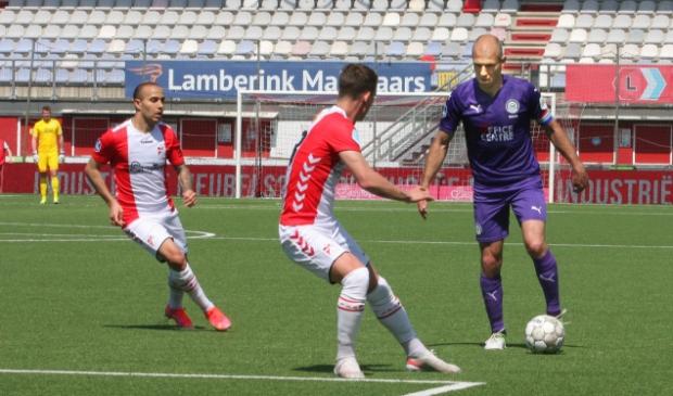 <p>Arjen Robben was weer een toonbeeld van inzet en voor Glenn Bijl en Kerim Frei maar moeilijk te stoppen (foto Bennie Wolbers).</p>