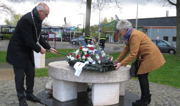 Burgemeester Adriaan Hoogendoorn legt samen met zijn echtgenote een krans bij het Joods monument in Hoogezand.