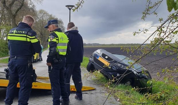 <p>Politie bij de in de sloot belande auto.</p>