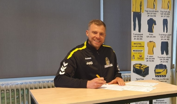 <p>Jeroen de Groot zet zijn handtekening onder een nieuw contract bij Poolster.</p>