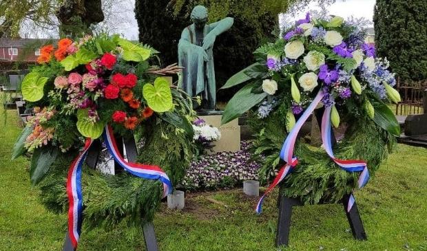 Kransen bij het monument op het graf van Stoffer Holtjer op de begraafplaats in Eelde. (foto Van Oost Media)