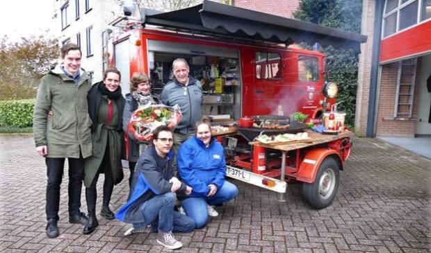 <p>Wim Slendebroek met zijn familie bij de foodtruck (foto Brandweer Beilen).&nbsp;</p>