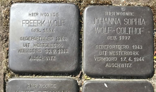 <p>De Stolpersteine ter nagedachtenis aan de familie Wolf-Colthof uit Zuidbroek.</p>