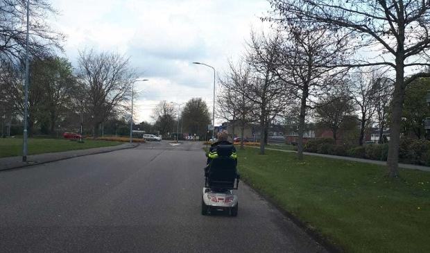 <p>Een politieagent brengt de gestolen scootmobiel terug naar de rechtmatige eigenaar. (foto Politie Ommelanden-Midden)</p>