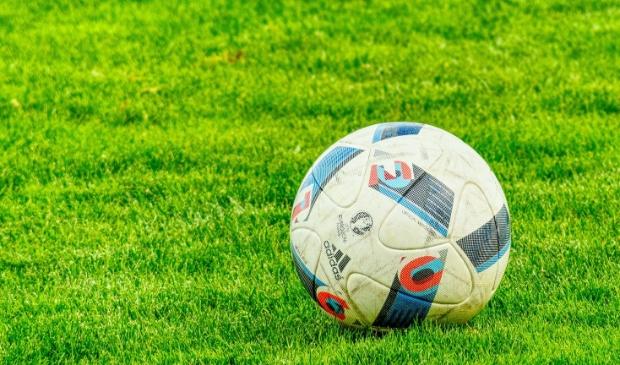 <p>Op de amateurvelden zal de bal dit seizoen niet meer rollen.</p>