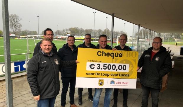 <p>Mark Gerdes is dolblij met de vette cheque van de voetbalvereniging.</p>