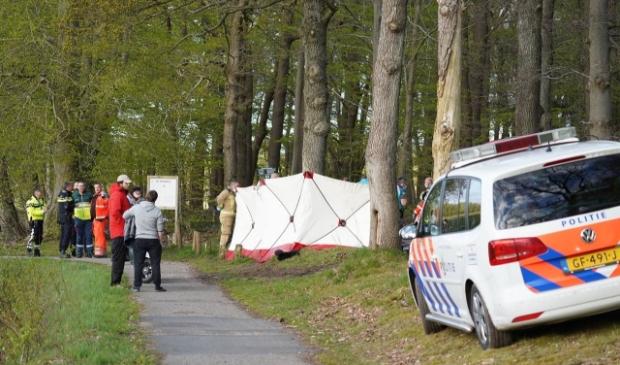 Hulpdiensten ontfermen zich - tevergeefs - over het slachtoffer. (foto Van Oost Media)