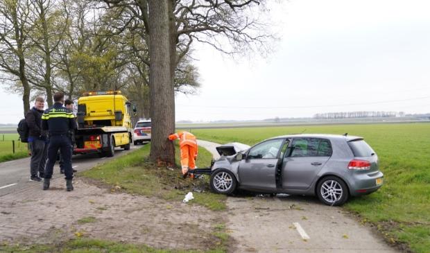 <p>De Volkswagen Golf raakte zwaar beschadigd. Foto: Van Oost Media.</p>