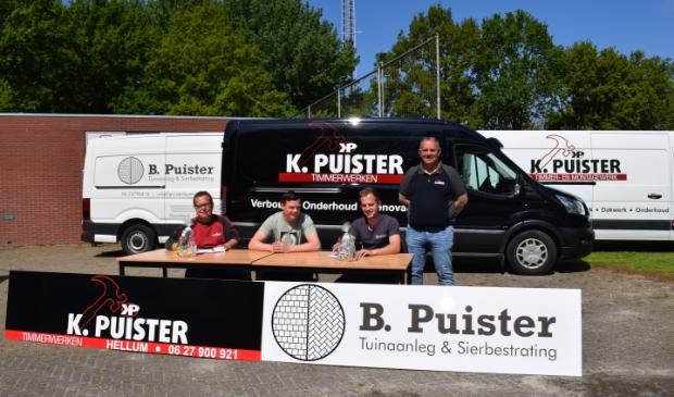 <p>Kevin en Bjorn Puister tekenen het sponsorcontract. Vader Klaas is het er helemaal mee eens.</p>