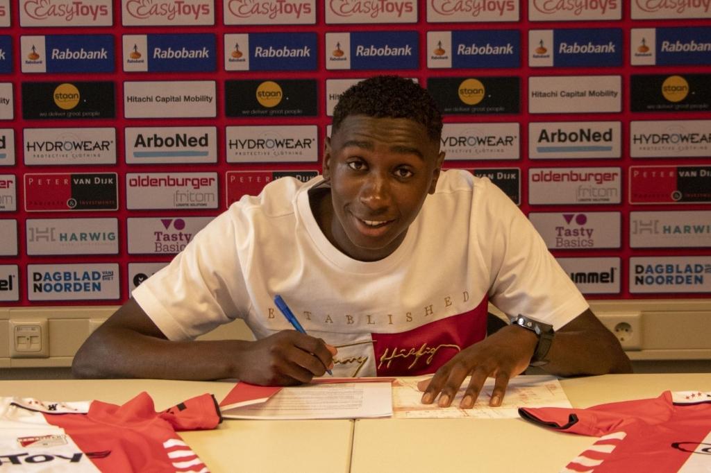 Leonel Miguel tekent het contract van FC Emmen.  © De Zuidenvelder