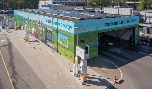 <p>Het nieuwe waterstoftankstation van Qbuzz. Het beschikt over twee vulpunten voor twintig nieuwe waterstofbussen (foto Miranda Drenth).</p>