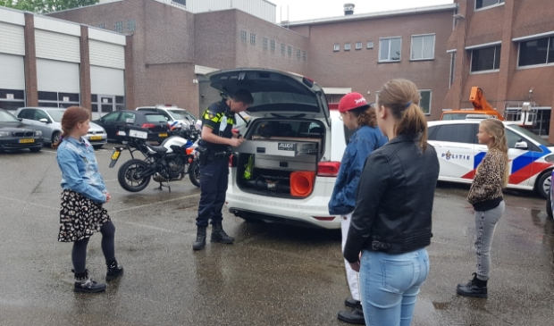 De jeugd van Petje af Eemsdelta nam een kijkje bij de politie in Delfzijl.