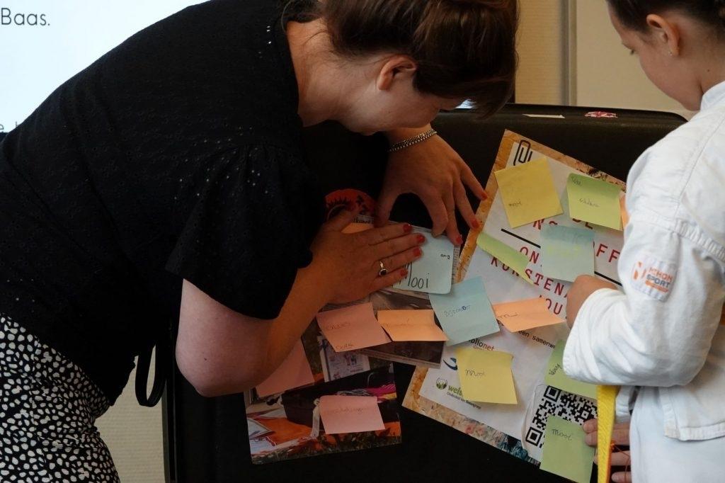 De ideeën die de leerlingen hebben bij het woord 'kunst' worden allemaal op de kunstkoffer geplakt. (foto: Ada Tolboom)  © De Nieuwsbode