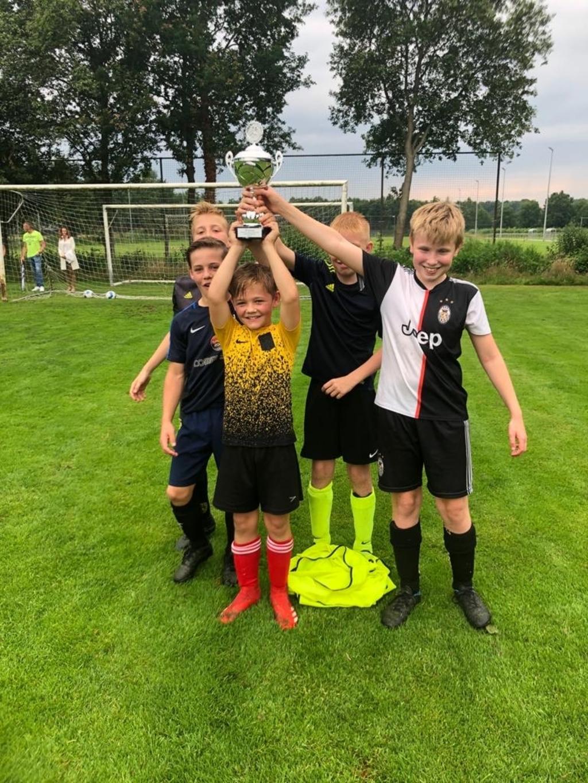 Trotse winnaars op het voetbalcomplex in Beilen.  © De Veldenkrant